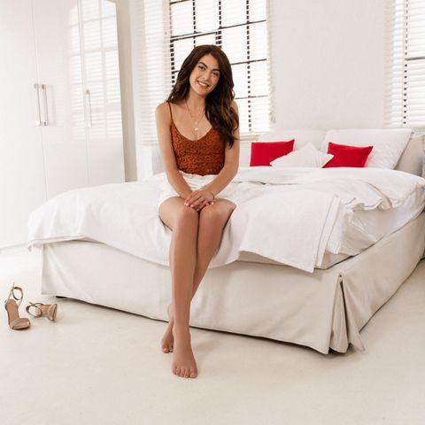 Beim Shooting mit Venus und Braun werden vor allem Christinas lange Beine in Szene gesetzt.