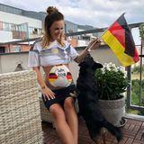 Ex-Bachelor-Kandidatin Denise Temlitz freut sich schön schwanger auf das Spiel Deutschland gegen Schweden.