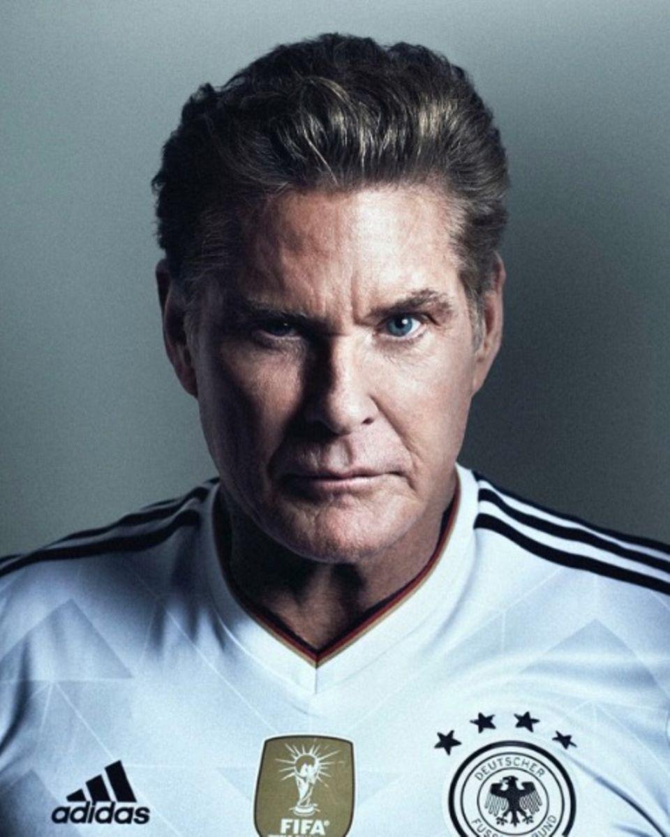"""""""Alles klar, Deutschland wird gewinnen. Ihr könnt drauf zählen ... The Hoff hat gesprochen"""", postet ein Deutschlandtrikot tragender David Hasselhoff. Na dann sollte ja nichts mehr schief gehen können."""