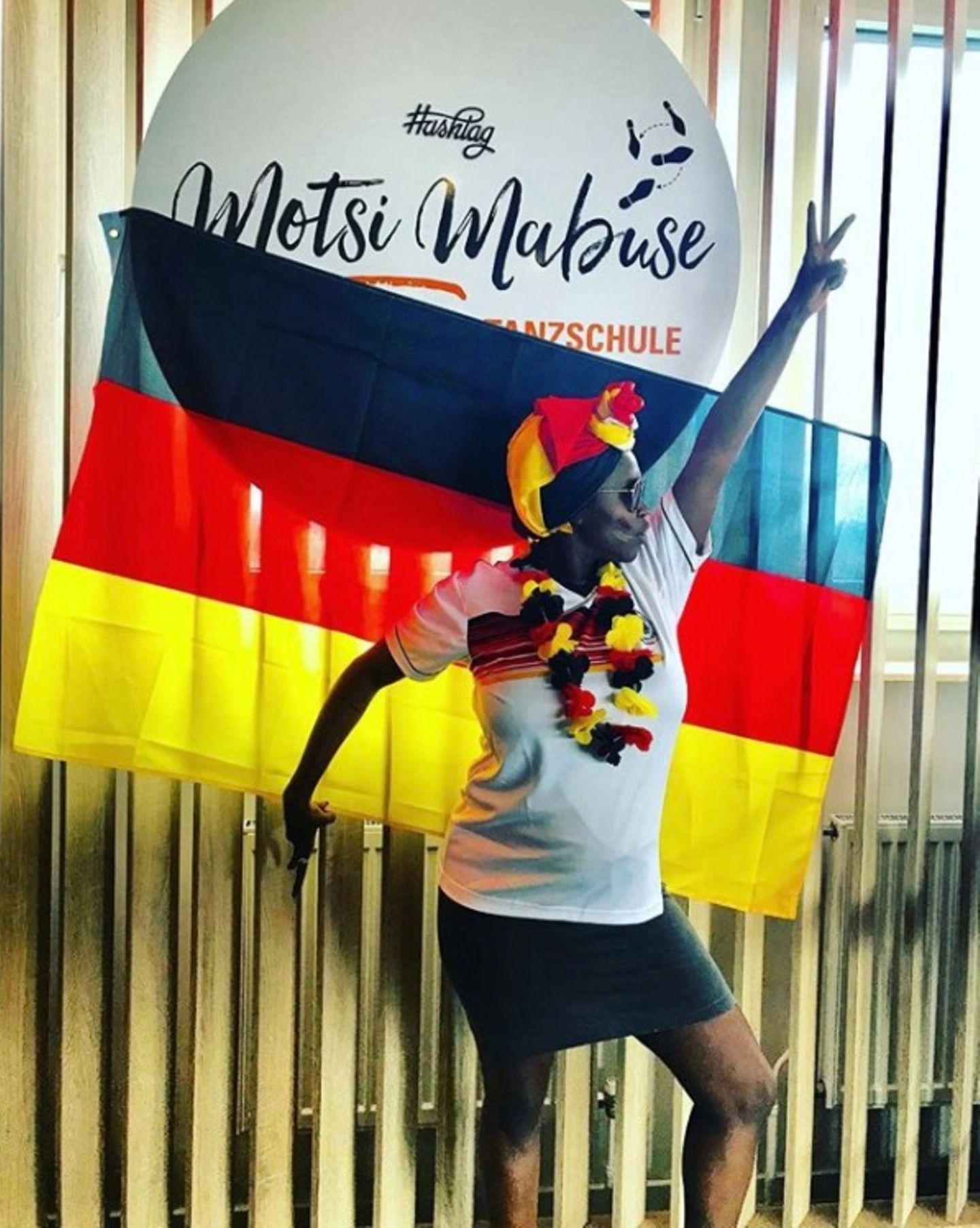 Mit vollem Körpereinsatz feuert Motsi Mabusedie deutsche Nationalmannschaft an. Ein Sieg gegen Schweden muss her.