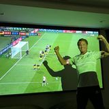 Deutschlandfan David Hasselhoff freut sich über das großartige Tor von Toni Kroos und gratuliert zum Zitter-Sieg gegen Schweden.