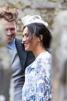 """Bei der Hochzeit von Celia McCorquodale, der Nichte von Prinzessin Diana, machte Herzogin Meghan mit einem besonderen Accessoire von sich reden: Der weiße Fascinator von """"Marks&Spencer"""", einer britischen Supermarktkette, kostet nur circa 34 Euro."""
