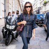 Im Allover-Jeanslook zieht Victoria Beckham in Paris alle Aufmerksamkeit auf sich. Wieder einmal ein doch eher ungewöhnlicher Look für die Designerin. Die Kombination stammt aus ihrer eigenen Kollektion.