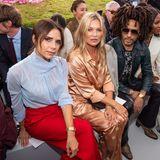 Verkehrte Welt: Während Victoria Beckham für gewöhnlich ihre eigenen Kollektionen auf dem Laufsteg präsentieren lässt, nimmt sie bei der Dior Homme Show in Paris selbst Platz in der Front-Row. Ihr Look? Farbenfroh! Die Designerin trägt eine hellblaue, leicht transparente Bluse zu einer roten Hose.