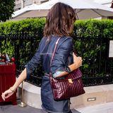 Zum Jeans-Look kombiniert Victoria Beckham eine bordeauxfarbene Handtasche, die farblich perfekt mit ihren Haaren und dem Jeans-Farbton harmoniert.