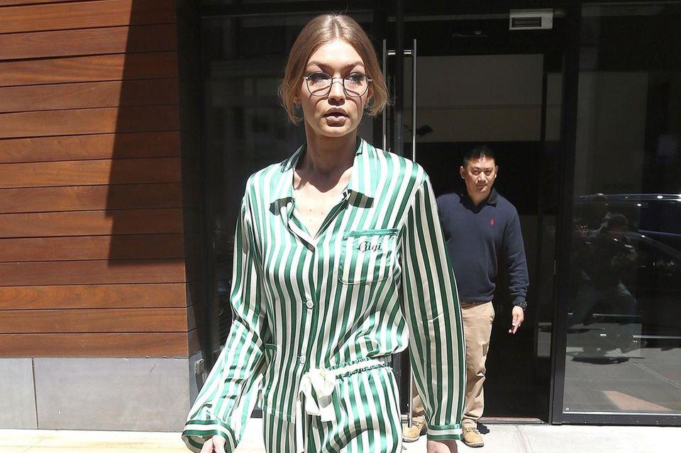 Model Gigi Hadid in einem gestreiften Einteiler - super easy und super stylisch!