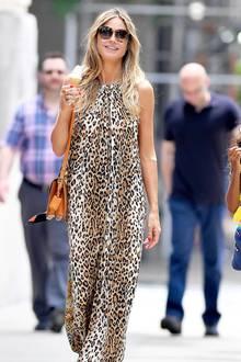 In einemluftigen Leo-Kleid flaniert Heidi Klum zusammen mit ihren Kids (nicht im Bild) durch New York und lässt sich ein leckeres Softeis schmecken. Nachdem sie sich in den vergangenen Tagen in ungewohnt rockigen Looks präsentiert hat, sehen wir das Topmodel jetzt endlich mal wieder in einem typischen Heidi-Look.