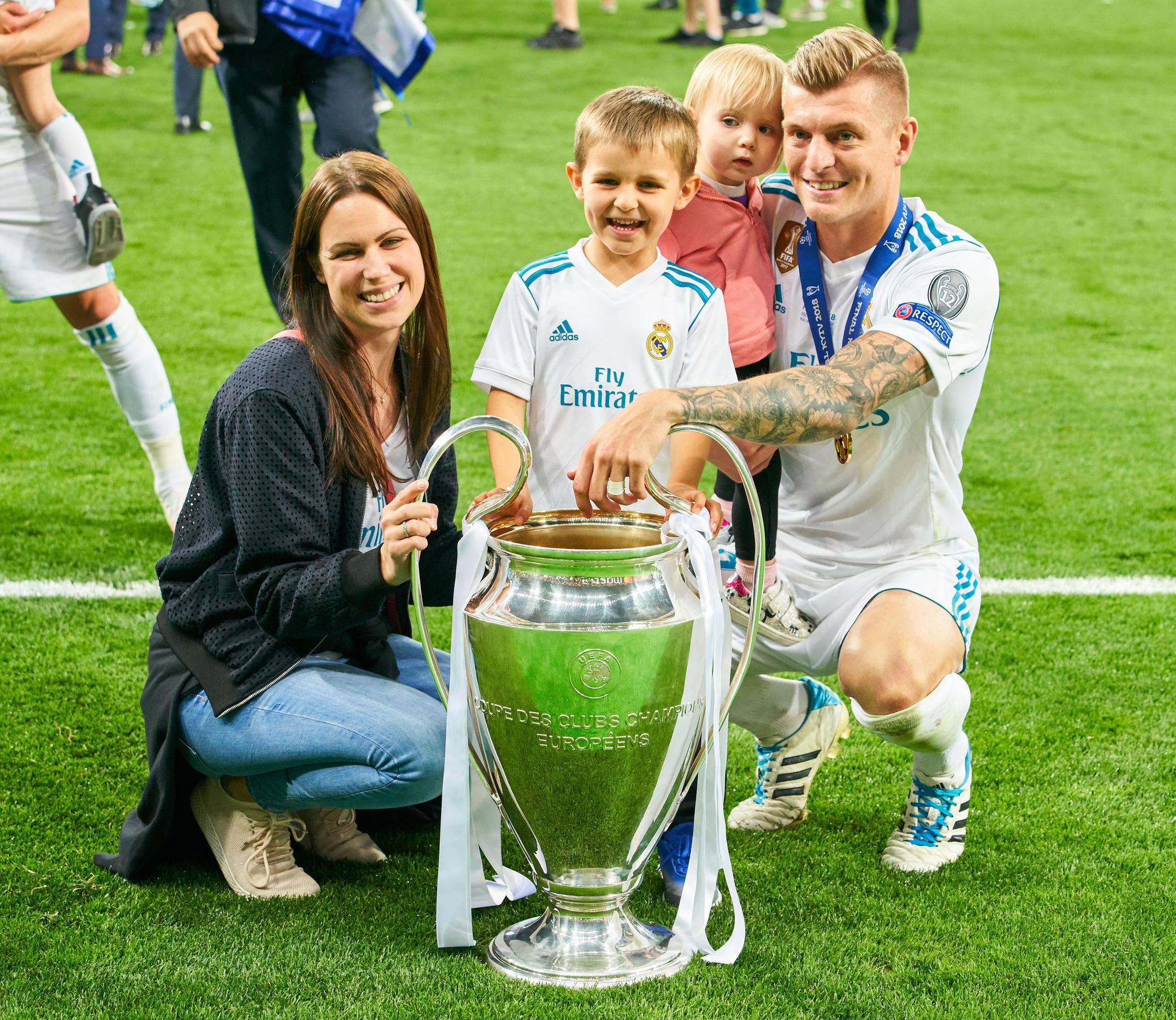 Toni Kroos mit seiner Frau Jessica und den gemeinsamen Kindern Leon und Amelie. Hier feiert die Familie den Champions-League-Gewinn von Real Madrid im Mai 2018