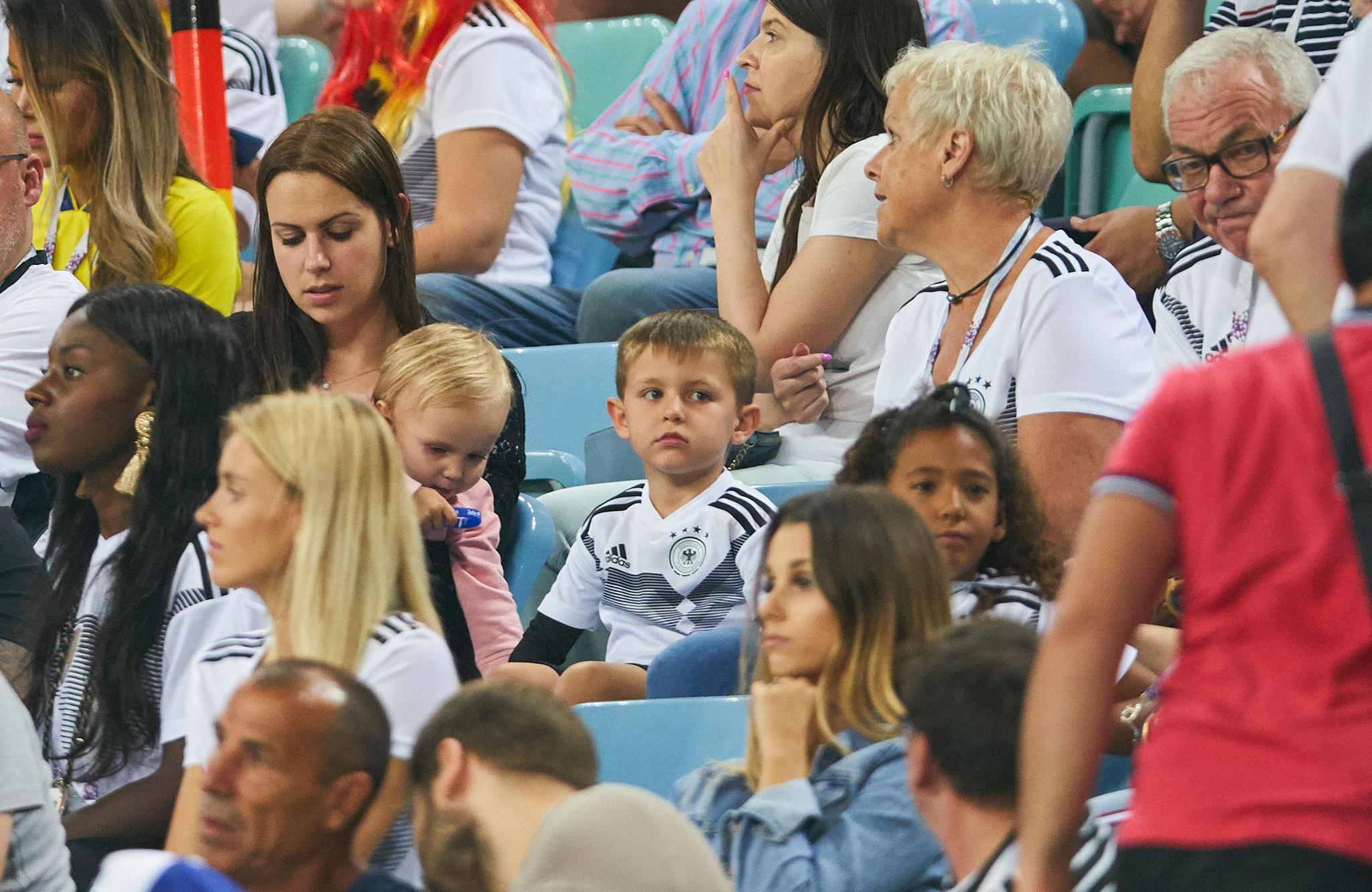 Jessica Kroos ist mit Tochter Amelie und Sohn Leon ins Stadion nach Sotschi gekommen, um Toni Kroos im Spiel gegen Schweden zu unterstützen