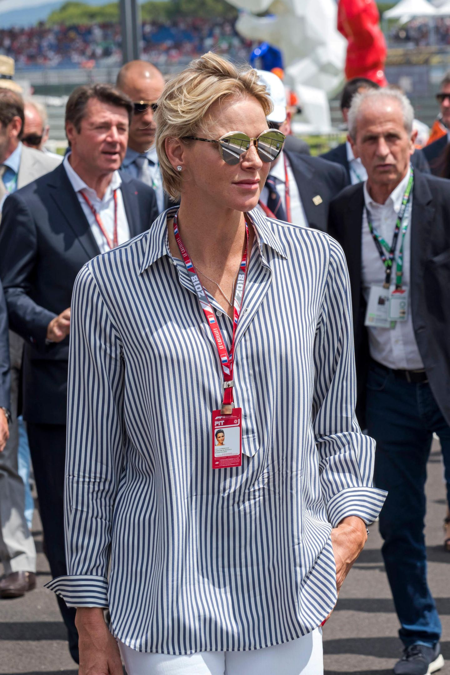 Sportlich-elegant zeigt sich Fürstin Charléne von Monaco beim Formel 1 Grand Prix vonFrankreich. Ihre Sonnenbrille und ihre Ausstrahlung machen sie zum absoluten Hingucker auf der Rennstrecke - dabei trägt sie eigentlich einen für sie eher lässigen Look ...