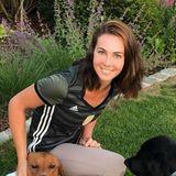 Noch sportlicher als der grau-grüne WM-Style von Thomas Müllers Frau Lisa ist der Trikot-Look der Familienhunde Micky und Murmel. Zusammen drücken die drei alleDaumen und Pfoten.