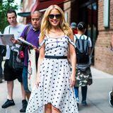 Einfach nur Wow! Sängerin Kylie Minogue zieht auf den Straßen von New York alle Blicke auf sich. Die 50-Jährige strahlt in einem weißen Kleid mit Sternen-Print. Auch wenn sie nicht viel Haut zeigt, sexy ist dieser Look allemal und beweist, dass Kylie auch mit 50 noch bestens in Shape ist.