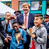 22. Juni 2018  Zumindest für einen schönen Moment mit zwei kleinen royalen Fans kann König Willem-Alexander nach dem schweren Schicksalsschlag, dem Tod vom Máximas Schwester Inés, wieder lachen. Dieses Gute-Laune-Foto entstand bei der Eröffnung einer sozialen Wohnanlage in Amsterdam.