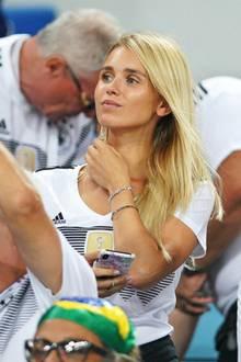 Stylisches WM-Debüt: Marco Reus schoß das erste Tor gegen die Schweden, und seine Freundin, Model Scarlett Gartmann jubelte ihm erstmals von der Stadion-Tribüne in Sotchi zu. Natürlich im Deutschland-Trikot.