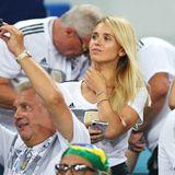 Stylisches WM-Debüt: Marco Reus schießtdas erste Tor gegen die Schweden, und seine Freundin, Model Scarlett Gartmann jubeltihm erstmals von der Stadion-Tribüne in Sotchi zu. Natürlich im Deutschland-Trikot.