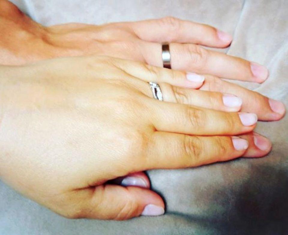 """""""Endlich verheiratet"""" schreibt die ehemalige GZSZ-Schauspielerin Sarah Tkotsch zu diesem Posting auf Instagram. Ein knappes halbes Jahr nach Bekanntgabe ihrer Verlobung ist die 30-Jährige nun glücklich verheiratet. Von August 2007 bis September 2010 spielte Sarah die Lucy Cöster bei """"Gute Zeiten schlechte Zeiten""""."""