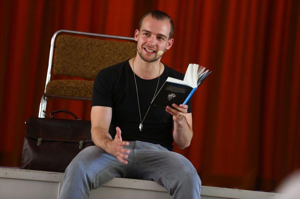 """Eric Stehfest bei einer Lesung aus seinem Buch """"Neun Tage wach"""""""
