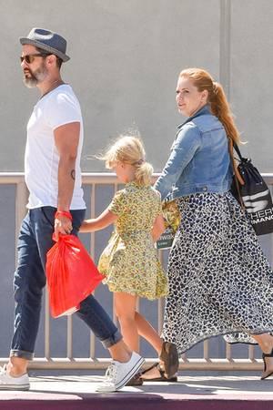 Amy Adams ist seit 2002 mit Kollege Darren Le Gallozusammen; seit 2015 ist das Paar verheiratet. Tochter Aviana ist acht Jahre alt.