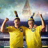 Vom größten Nationalspieler Schwedens zum größten Fan: Zlatan Ibrahimović (links) feuert Schweden an.