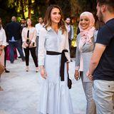 Ihrem karierten Hemdkleid verleiht Königin Rania mit einem Seidenband eine feminine Form und erzeugt damit gleichermaßen einen farblichen Kontrast.