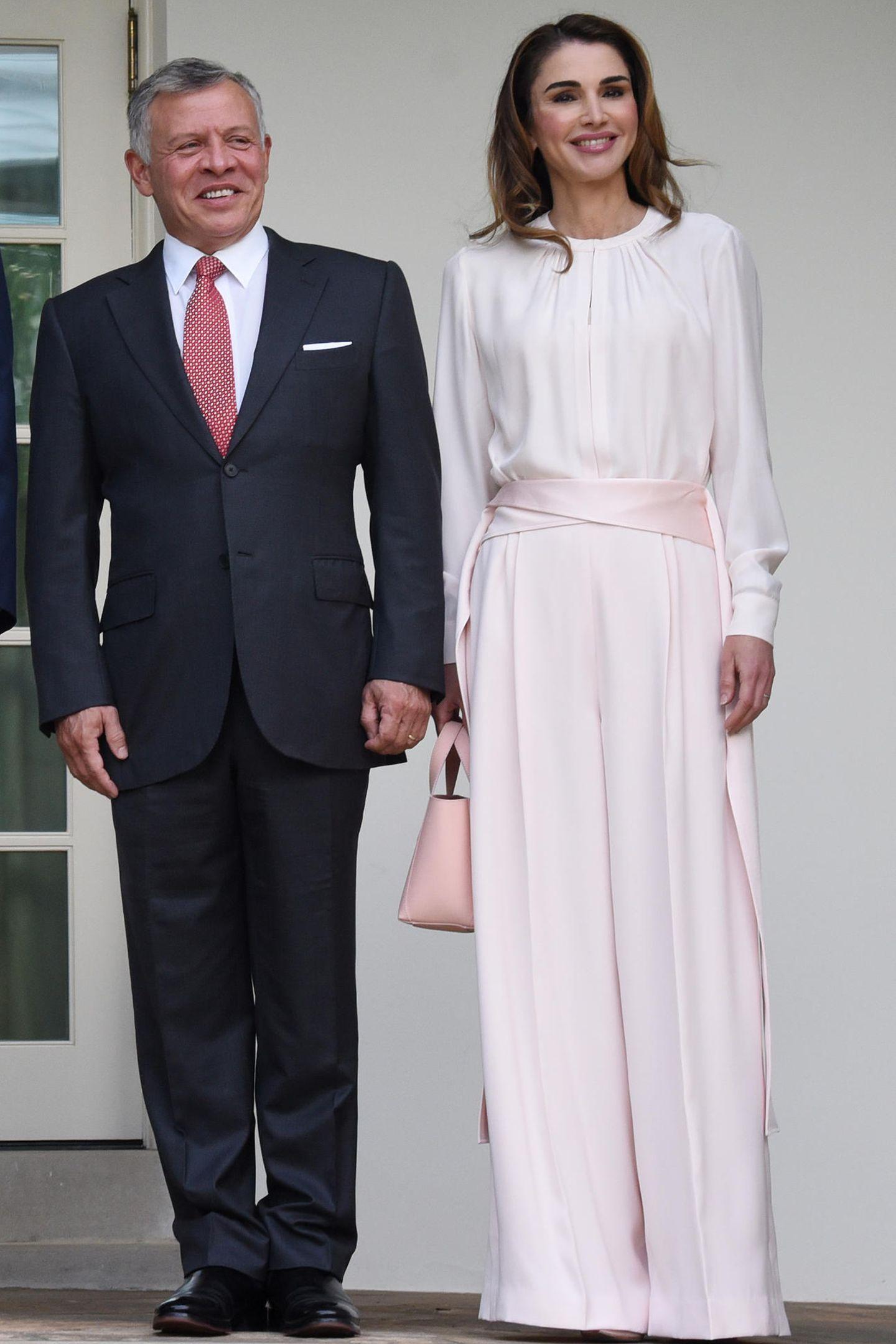 Für ihr Treffen mit den Trumps wählt Königin Rania ein helles Pastell-Outfit, das sie nur so strahlen lässt. Selbst ihre Handtasche passt perfekt zu dem rosa Look.