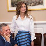 Königin Rania ist nicht nur in Sachen Style total up to date. Zu ihrem trendigen Outfit hat sie Technik an sich, die ebenfalls extrem modern ist. An ihrem linken Handgelenk trägt sie nämlich eine iWatch. Was für eine High-Tech-Queen.