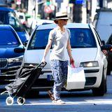 Einen Superstar mit Hackenporsche sieht man auch nicht alle Tage: Die Sängerin und Schauspielerin Vanessa Paradis, Ex-Freundin von Johnny Depp und Mutter seiner beiden Kinder,überquert mit ihrem Einkaufsroller eine Pariser Straße.