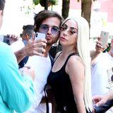 Auf ihrem Weg in ein New Yorker Aufnahmestudiolässt sich Popstar Lady Gaga Zeit für ihre Fans - Duckface-Selfie inklusive.