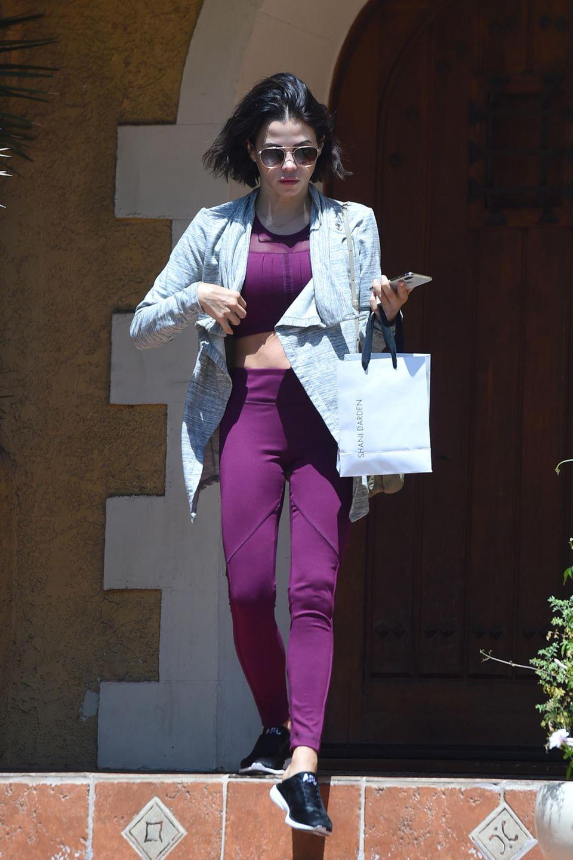 Jenna Dewan entscheidet sich für eine Twin-Set in Beerenfarben und sieht dadurch äußerst stylisch aus.