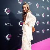 Vor knapp sechs Wochen ist Moderatorin Annemarie Carpendale zum ersten Mal Mutter geworden. Nun zeigt sich die 40-Jährige das erste Mal wieder auf einem Red Carpet. In diesem Fall war es der pinke Teppich bei den NYX Face Awards in Berlin. Ihr Outfit: Ein sexy Hippie-Look ...