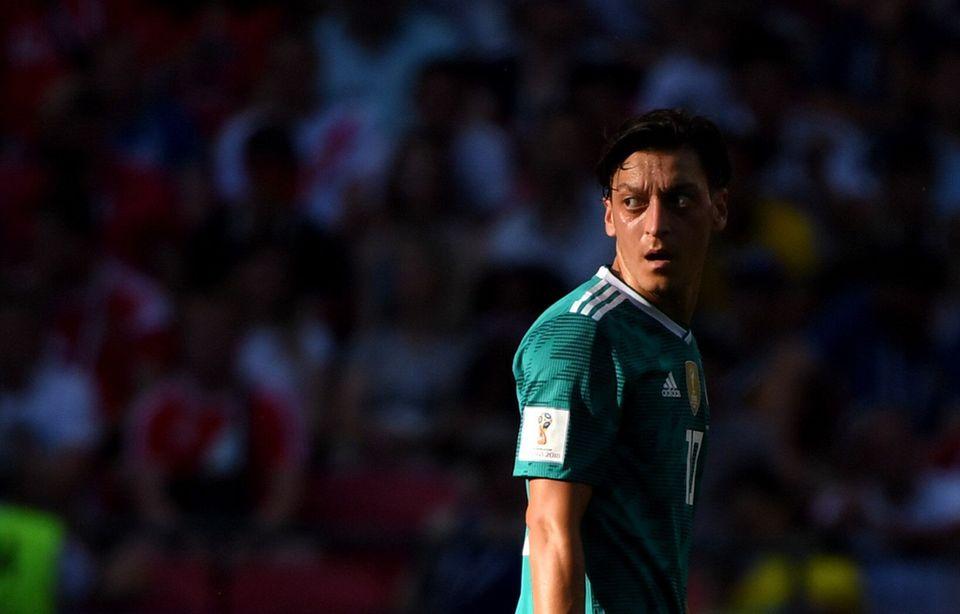Mesut Özil während seinesvielleicht dunkelsten Moments. Aus der Traum, von der Verteidigung des Titels als Fußballweltmeister.