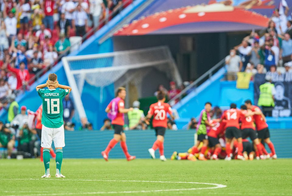 Fassungslos schaut Joshua Kimmich den Südkoreanern beim Feiern zu.