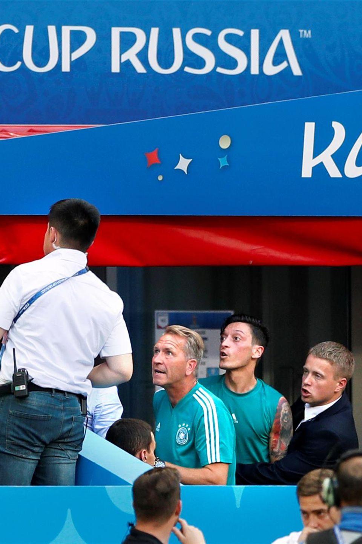 Mesut Özil streitet mit ein paar Zuschauern