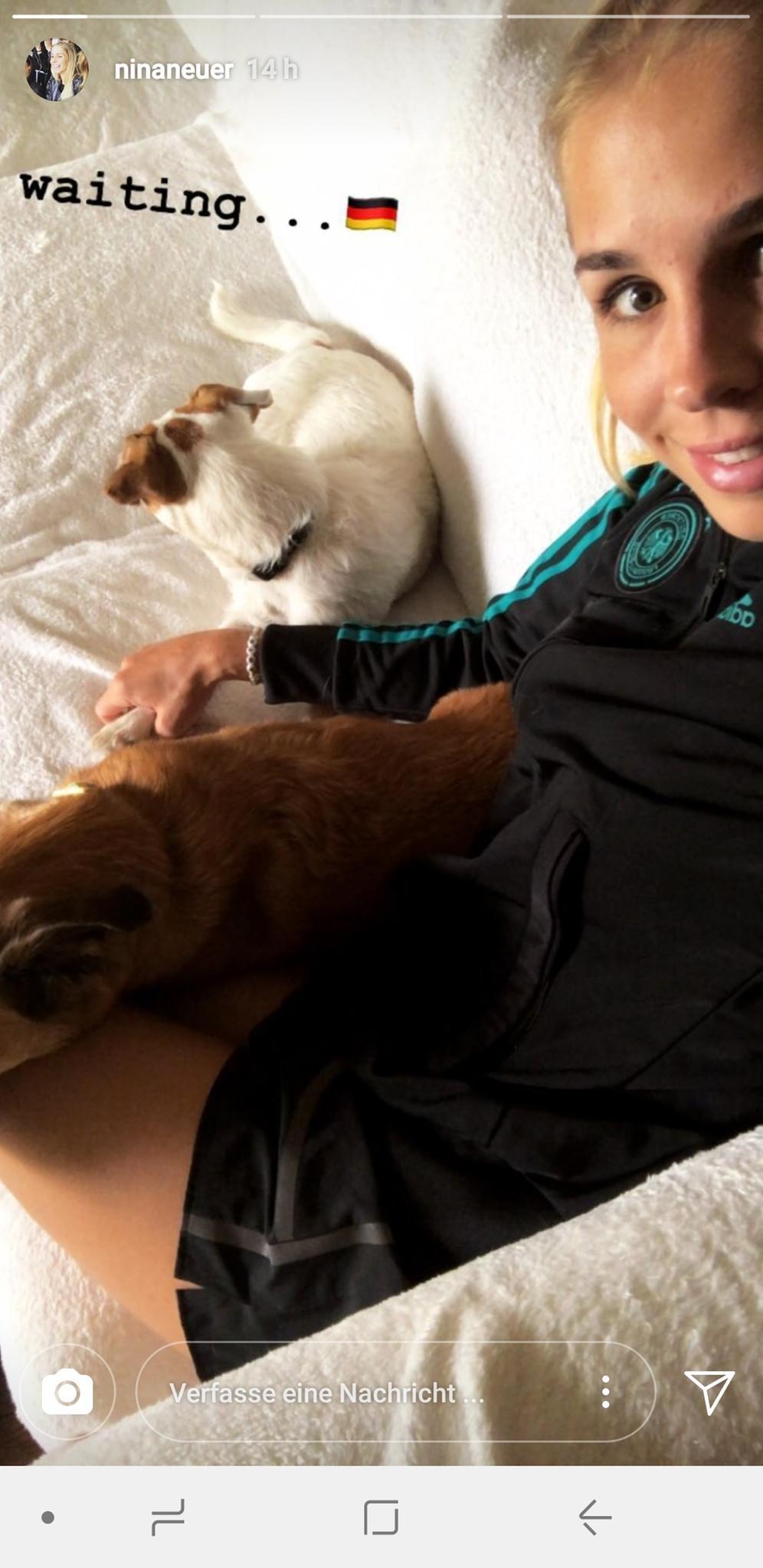 Nina Neuer, die Ehefrau von Manuel Neuer, schaut mit ihrem Hund auf der Couch das Spiel Südkorea gegen Deutschland