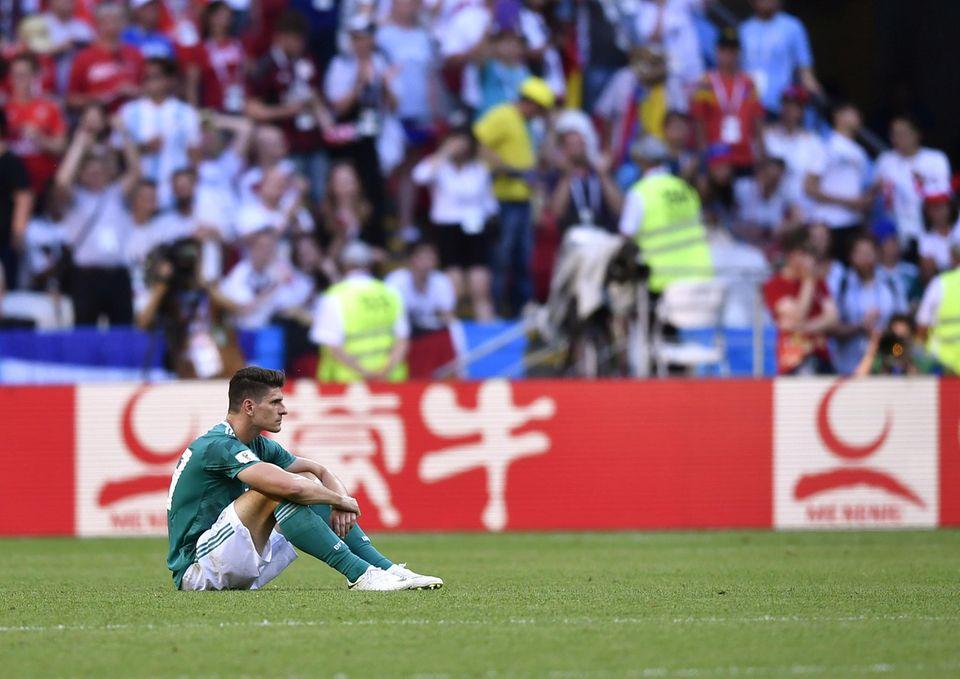 Auch Stürmer Mario Gomez hat seine Chancen für ein mögliches Siegtor nicht nutzen können: Nach der Niederlage braucht er erst mal einen Moment für sich.