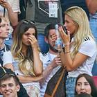 Christina Ginter (l.) und Scarlett Gartmann (2.v.l.) können das Aus von Deutschland bei der WM nicht fassen. Auch Amine Gülse (r.) ist geschockt, schlägt die Hände vor dem Mund zusammen.