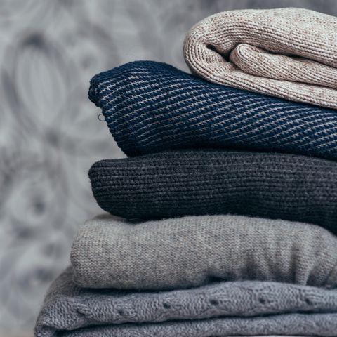 Die Kaschmir-Kleidungsstücke am besten nicht aufhängen, sonst leiert die Wolle aus. Am besten die Stücke auf den Stapel gelegt aufbewahren.