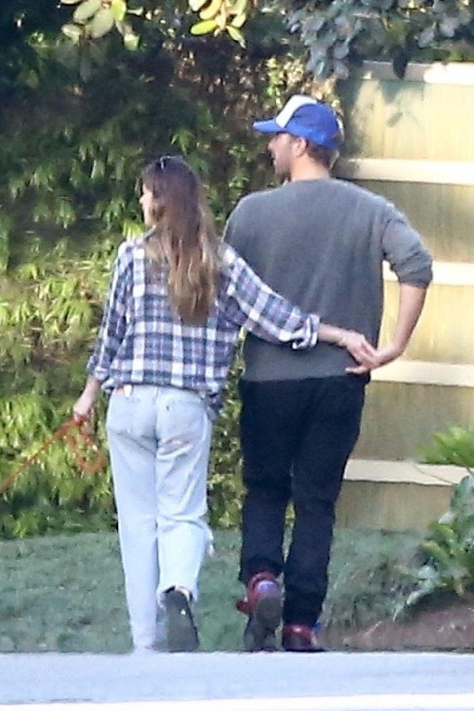 Dakota Johnson und Chris Martin schlendern händchenhaltend durch Malibu.
