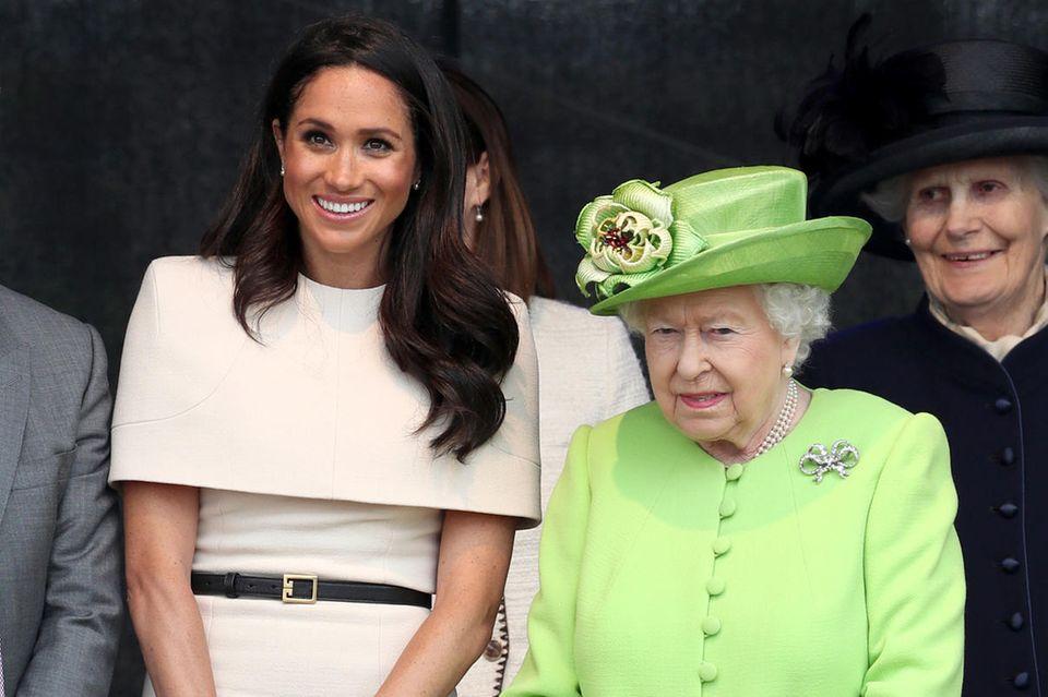 Herzogin Meghan scheint die Queen zu spiegeln.
