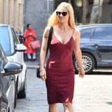 Michelle Hunziker zeigt sich auf den Straßen Mailands in einem roten Kleid, das ihre Kurven perfekt in Szene setzt. Dazu kombiniert sie schwarze Accessoires. Ein klassischer Look!