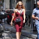 Die schwarze Crossbody-Bag stammt von Trussardi, dem Label von Michelles Mann Tomaso Trussardi. Außerdem trägt sie schwarze Riemchen-Heels, die ihre Beine optisch strecken. Das rote Slipdress ist nicht nur wegen seines tiefen Ausschnitts ein echter Hingucker...
