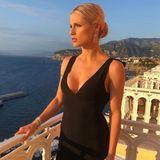 Während Michelle unter diesem Bild bei Instagram vom Horizont schwärmt, geraten wir bei ihrem Look ins Schwärmen. Zu einem eleganten, schwarzen Kleid mit tiefem V-Ausschnitt trägt sie einen strengen Dutt, hängende Ohrringe und klassisches Make-up.