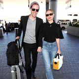 Im stylishen Casual-Look schlendern Michael Polish und Kate Bosworth Hand in Hand über den Flughafen in Los Angeles. Kate zeigt sich lässig in abgeschnittener Jeans, während Michael sein etwas schickeres Outfit mit einer Wollmütze auflockert.