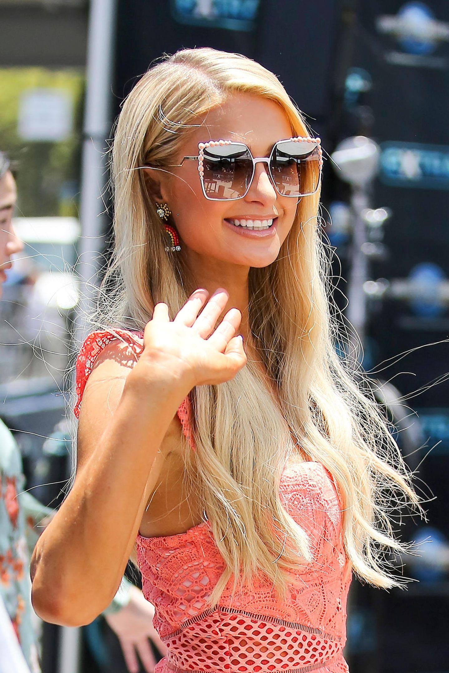 Bling, bling: Dieses extravagante und leicht kitschige Sonnenbrillen-Modell passt hervorragend zu Paris Hilton.