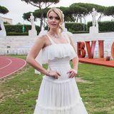 Nicht nur Topmodel Bella Hadid glänzte beim Bulgari-Event im Stadio dei Marmi in Rom, sondern auch Lady Kitty Spencer. Und die royale Schönheit siehtdabei im romantischen, weißen Layer-Look von Dolce & Gabbana fast aus wie eine Braut.