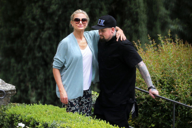 29. Juni 2018   Endlich ein Lebenszeichen von der Schauspielerin und ihrem Rocker: Cameron Diaz zeigt sich verliebt mit ihrem Mann Benji Madden beim gemeinsamen Urlaub in Florenz. Während ihresSpaziergangsim Park entsteht dieses innige Foto.