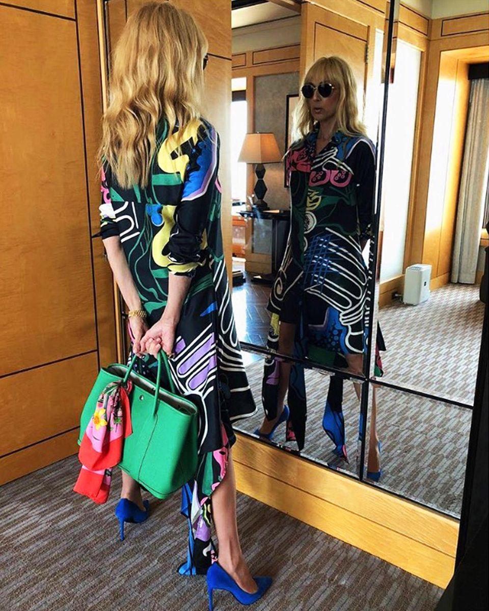 Hätten Sie sie erkannt? Superstar Céline Dion hat sich für ihren neuen Look wohl von Lady Gaga inspirieren lassen, und überrascht ihre Instagram-Fans mit viel helleren Haaren und Pony-Frisur. Der Styleist natürlich wie üblich purer Luxus! Das farbenfrohe Outfit stammt von JW Anderson, die Tasche vonHermès, daran ein Tuch von Gucci, die blauen High Heels sind von Saint Laurent und die Sonnenbrille von Dior. Puuuhh!