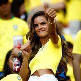 Daumen hoch für diesen Look! Das brasilianische Topmodel Izabel Goulart feuert ihre Mannschaft im Gruppenspiel gegen Serbienim Moskauer Spartak-Stadion nicht nur im knappen, gelben CBF-Trikot an, sondern auch mit einem ganz besonderen Luxus-Outfit.