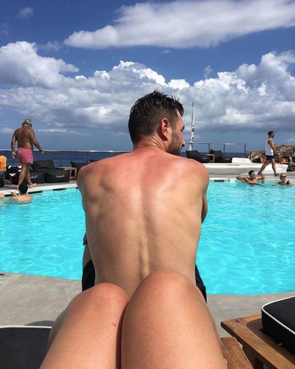 Huch, sonnt Jochen Schropp da gerade seinen blanken Hintern? Leider nein, im Vordergrund sind bloß die Beine des Fotografen zu sehen.