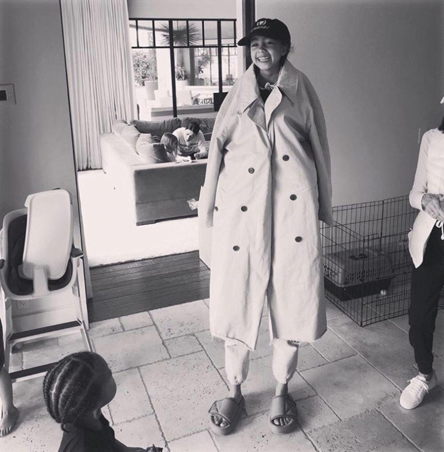 North West ist plötzlich groß wie eine Erwachsene. Kim Kardashian bringt ihre Tochter zum Lachen, als sie die Kleine auf ihre Schultern setzt und sich unter dem Mantel versteckt.